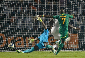 Der Senegalese Moussa Sow erzielt den 2. Treffer Senegals der Begegnung  Ghana - Senegal in der Nachspielzeit der Partie.