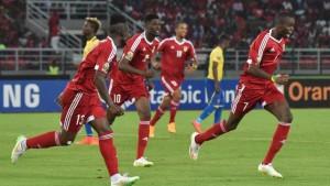 Die Spieler Kongos freuen sich über ihr Tor beim Spiel gegen Gabun am 21. Januar 2015 in Bata.