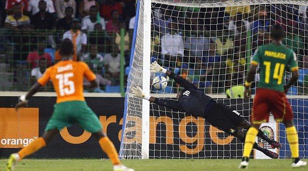 """Der Elfenbeiner Max-Alain Gradel erzielt das Tor der Ivorer beim Spiel Kamerun gegen Elfenbeinküste am 28. Januar 2015 im """"Neuen Stadion zu Malabo"""", in Äquatorialguinea."""