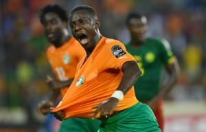 """Der Ivorer Max-Alain Gradel jubelt nach seinem erzielten Treffer am 28. Januar 2015 beim Spiel Kamerun gegen die Elfenbeinküste im """"Neuen Stadion zu Malabo""""."""