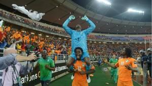 Der ivorische Torhüter Boubacar Copa Barry wird als Held gefeiert.