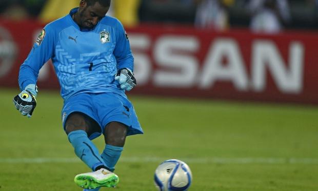 Der elfenbeinische  Torhüter Boubacar Copa Barry verwandelt den entscheidenden Elfmeter der Ivorer.