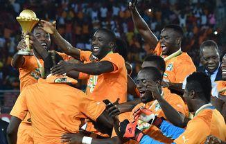 Die elfenbeinischen Nationalfussballer feiern nach dem gewonnenen FAM-Titel.