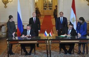 Putin (links stehend) und Al-Sissi (rechts stehend).