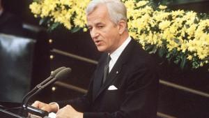 Altbundespräsident Richard von Weizsäcker hält seine berühmte Rede am 8. Mai 1985 im Deutschen Bundestag in Bonn.