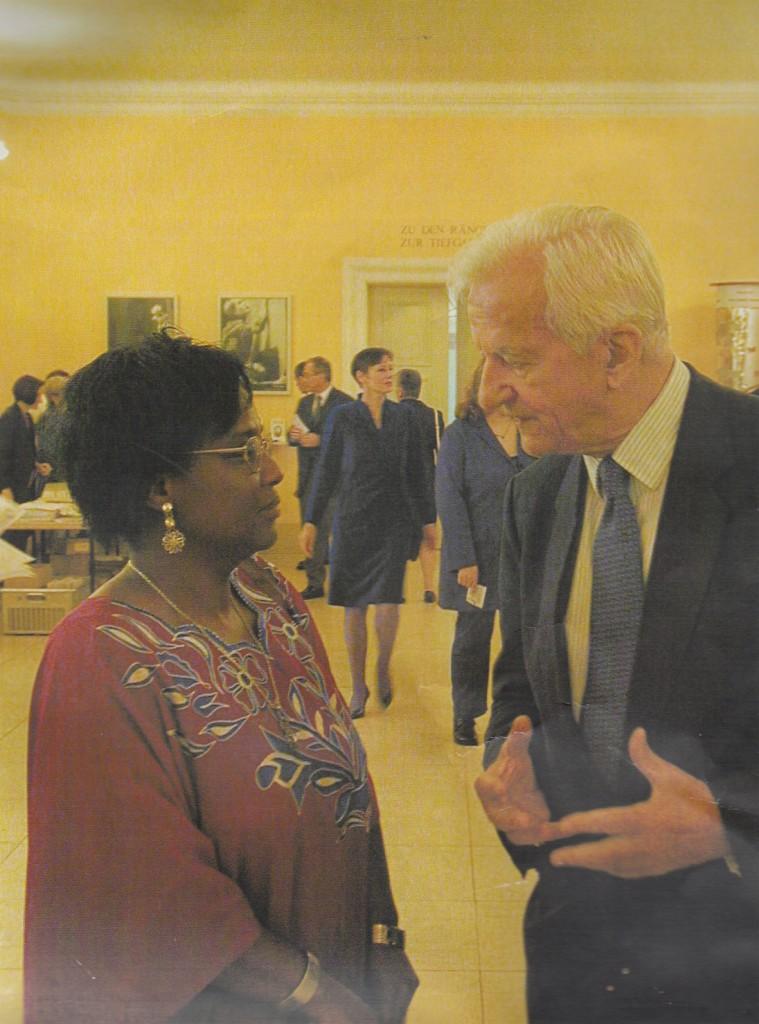 Dr. Richard von Weizsäcker (rechts) und Dr. Pierrette Herzberger-Fofana (links)