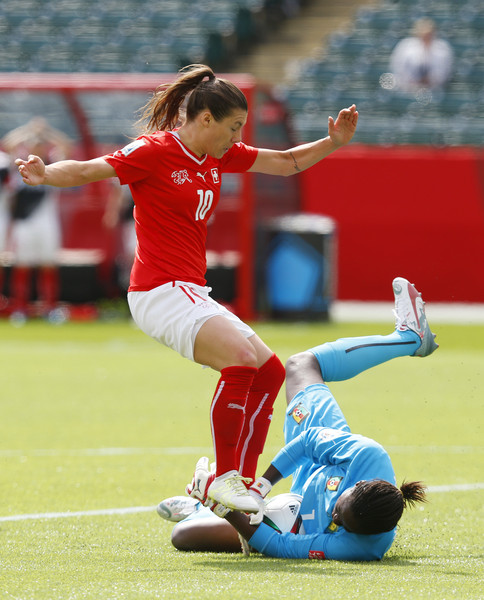 Die Schweizerin Ramona Bachmann scheitert an der kamerunischen Torhüterin Annette Ngo Ndom.
