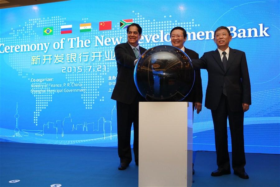 Von links nach rechts: Kundapu Vaman Kamath ( Präsident der NEB), Lou Jiwei ( Chinas Finanzminister) und Yang Xiong (Bürgermeister von Shanghai).