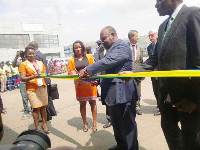 Der gabunische Staatspräsident Ali Bongo Ondimba eröffnet die Hüttenanlage zu Moanda am 12. Juni 2015.