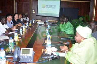 Dr. Aja Asaiu Njie-Saidy (rechts) empfängt die von Cherry Shu geleitete Zoeve-Delegation im April 2015 im gambischen Bandschul.
