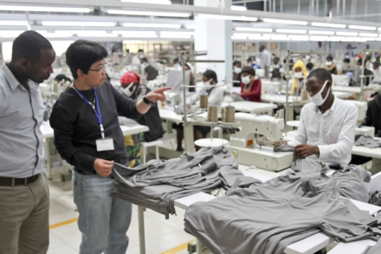 Malou Jontilano -- Geschäftsführerin von C & H Garments Ltd in der Sonderwirtschaftszone im ruandischen Kigali.