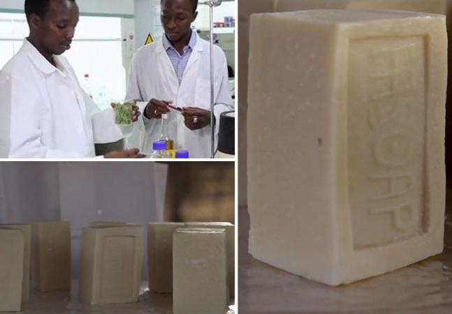 Moctar Dembele, Gérard Niyondiko und die von ihnen hergestellte Sonderseife.