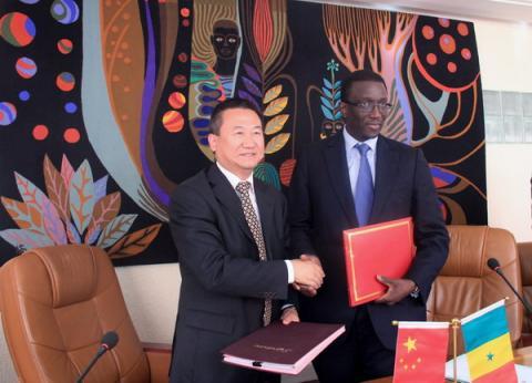 Chinas Botschafter in Senegal Xia Huang (links) und Senegals Finanz- und Wirtschaftsminister Amadou Bâ (rechts).