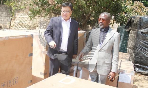 Huang Meng (links) und James Chirwa (rechts) posieren bei der Vorstellung der ersten 3 Solarhammermühlen in Lusaka am 2. September 2015.