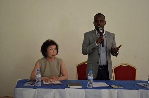 Esther Su (links) -- von dem singapurischen Unternehmen Apiary Limited -- will ruandischen Honigproduzenten zur Entwicklung verhelfen.