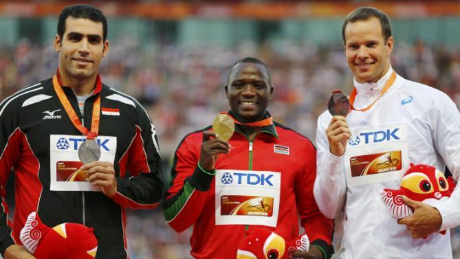 Julius Yego aus Kenia (mittig) ergatterte die Goldmedaille im Speerwurf am 27. August 2015 in Peking. Links steht der Ägypter Ihab Abdelrahman, der die Silbermedaille gewann, während der Tero Pitkamaki (rechts) aus Finnland die Bronzemedaille einfuhr.
