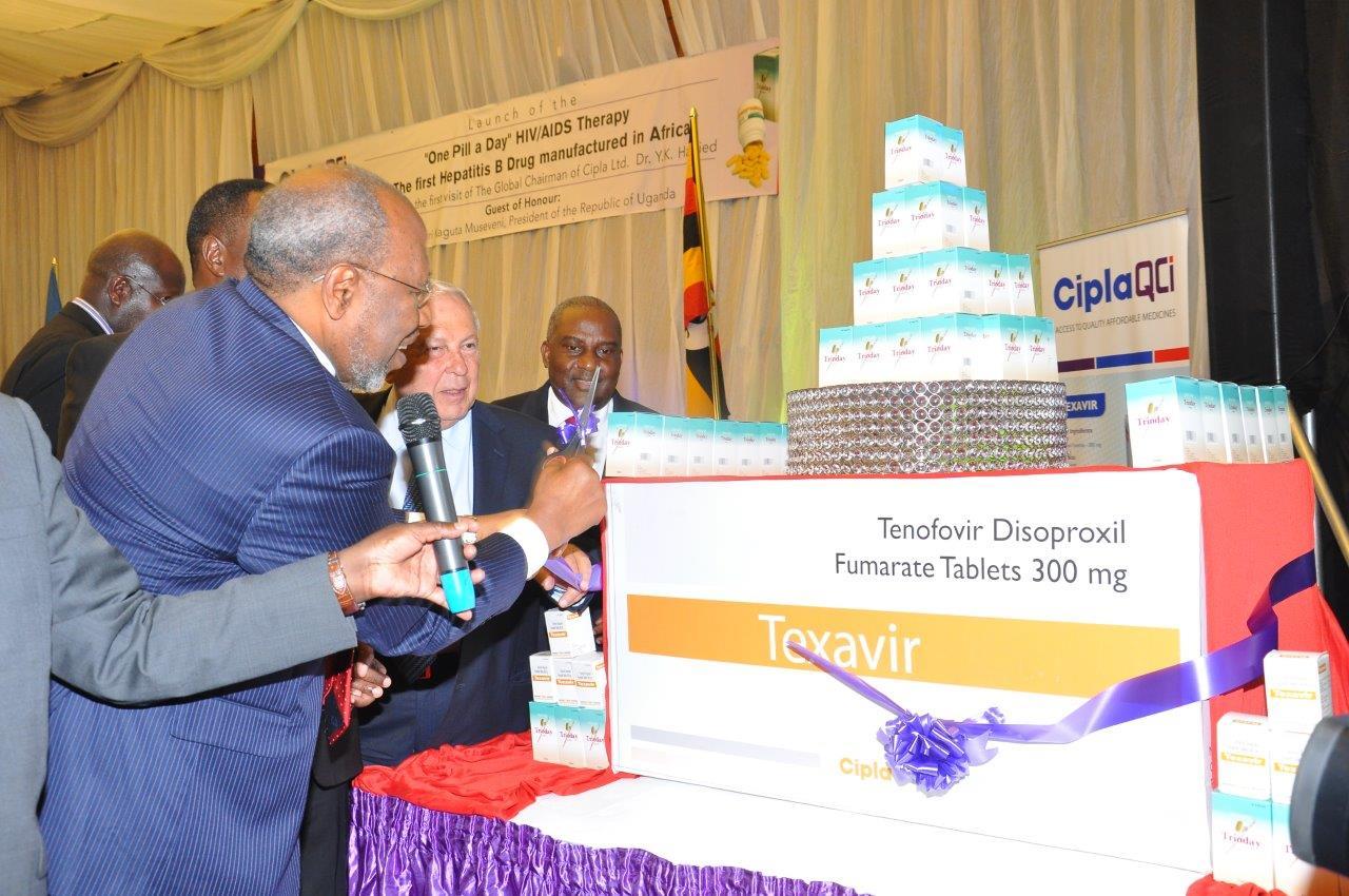 """Dr. Ruhakana Rugunda -- ugandischer Premierminister -- führt die """"Eine-Tablette-pro-Tag-Therapie"""" des indischen Arzneimittelherstellers Cipla in Uganda ein."""