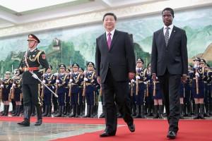 Sambias Staatspräsident Edgar Lungu (rechts) besuchte Xi Jinping und dessen Land (China) Ende März 2015.