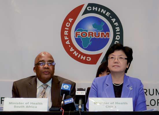 Aaron Motsoaledi ( Gesundheitsminister Südafrikas, links) und Li Bin ( Chinas Gesundheitsministerin, rechts) Anfang Oktober in Kapstadt ( Südafrika).