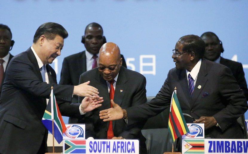 Xi Jinping (links), Jacob Zuma (mittig) und Robert Mugabe (rechts) beim FOCAK-Gipfeltreffen am 4. Dezember 2015 in Johannesburg-Sandton.