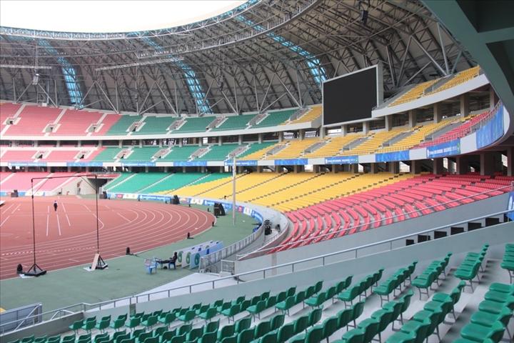 Das von chinesischen Unternehmen im kongolesischen Kintele gebaute Olympiastadion.