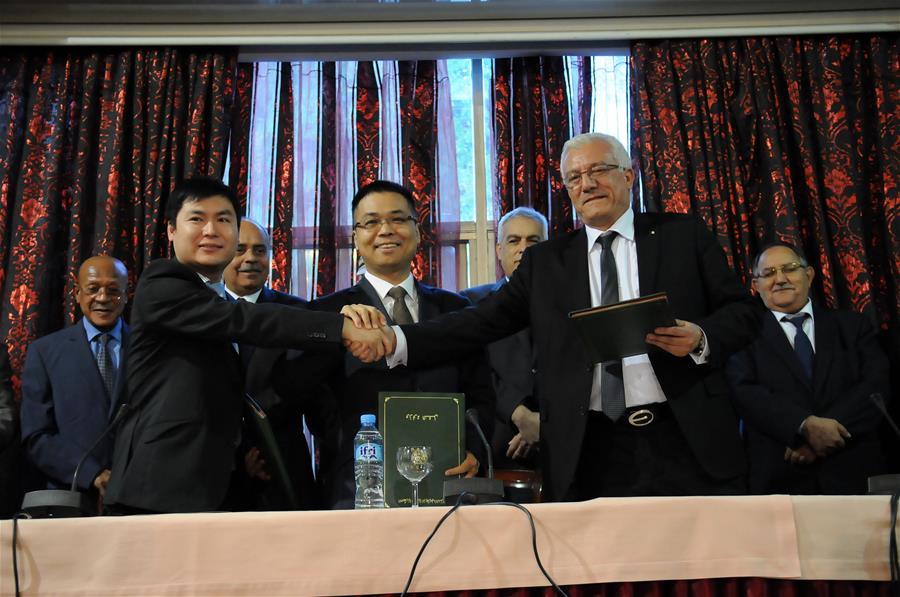 Von links nach rechts: Wen Jingfei ( von CHEC), Zhou Sheng ( von CSCEC) und Mohamed Boussehaki ( Leiter der Häfen im algerischen Verkehrsministerium).