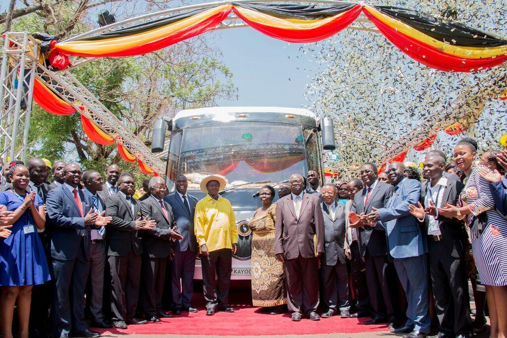 Der ugandische Staatspräsident Yoweri Museveni (im gelben Hemd) hat den Kayoola-Solarbus am 16. Februar 2016 in Kampala offiziell eingeführt.