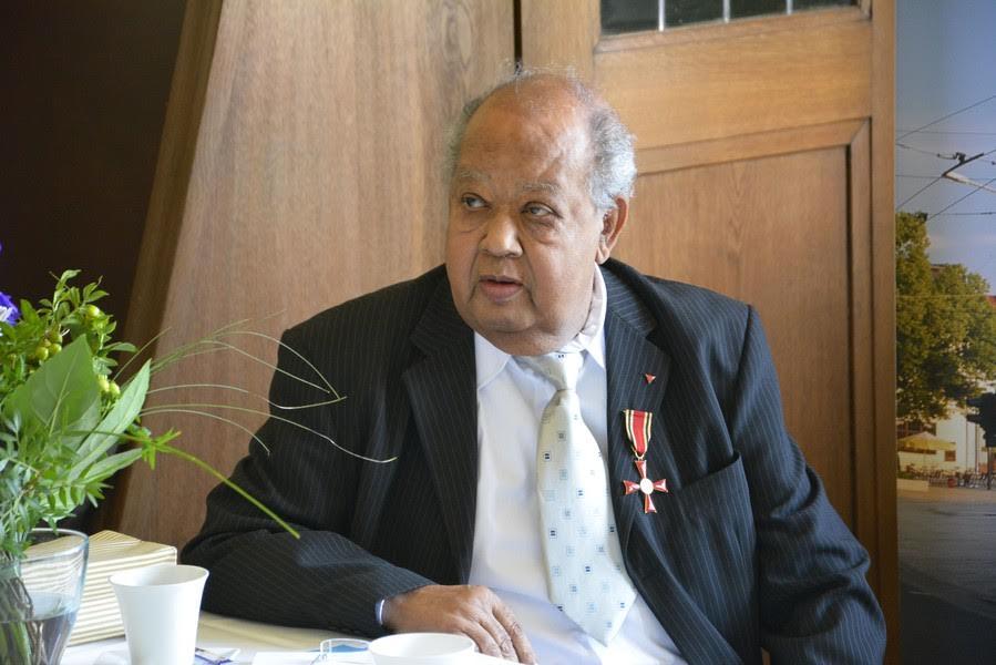 Am 25. April 2014 wurde Gert Schramm mit dem Bundesverdienstkreuz am Band geehrt.