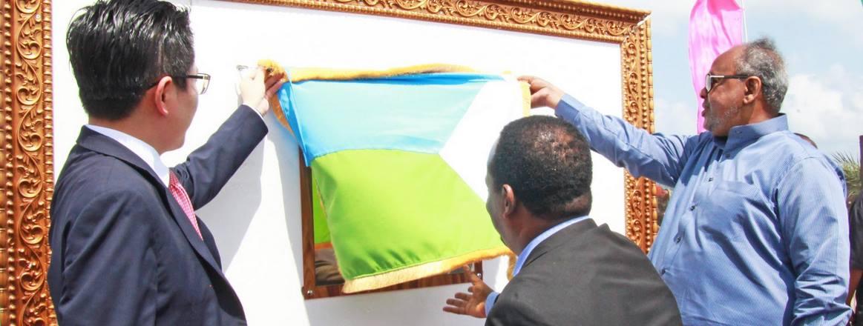 Ismail Omar Guelleh (in blauem Hemd, rechts) leitet das Riesenvorhaben zur Erdgasleitung am 3. März 2016 in die Wege.