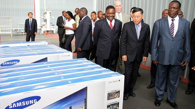 Vertreter der Regierung Simbabues und Führung von Samsung besichtigen das SamZim-Montagewerk in Harare.