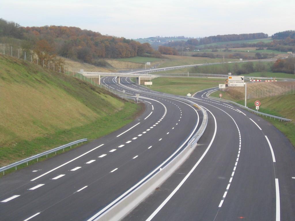 Die zum Großteil von der Ausfuhr-Einfuhr-Bank Chinas finanzierte und vom chinesischen Unternehmen China Machinery Engineering Corporation gebaute Abidschan-Großbassam-Autobahn wurde im September 2015 für den Verkehr freigegeben.