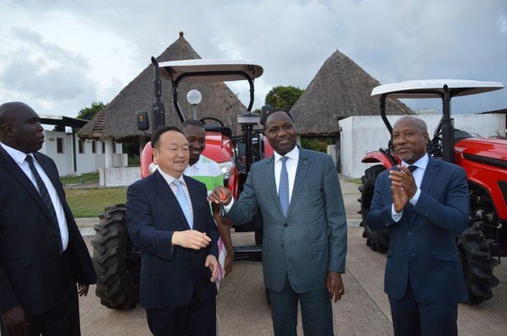 Mamadou Coulibaly Sangafowa, ivorischer Minister für Landwirtschaft und ländliche Entwicklung,  nimmt die Schlüssel der Traktoren von Wuzheng am 3. Mai 2016 in Abidschan entgegen.