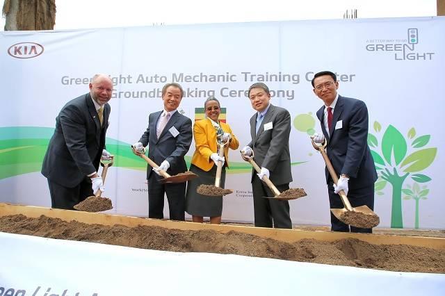Spatenstich für den Bau des Ausbildungszentrums für Mechaniker im äthiopischen Lideta am 27. Mai 2016 -- das koreanische Unternehmen Kia Motors nimmt seine soziale Verantwortung in Afrika ernst und gerne wahr.