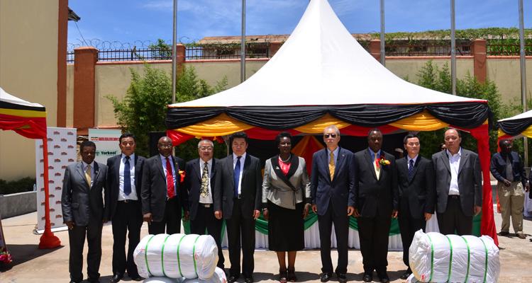 Amelia Kyambadde, ugandische Ministerin für Handel, Industrie und Kooperativen (mittig).