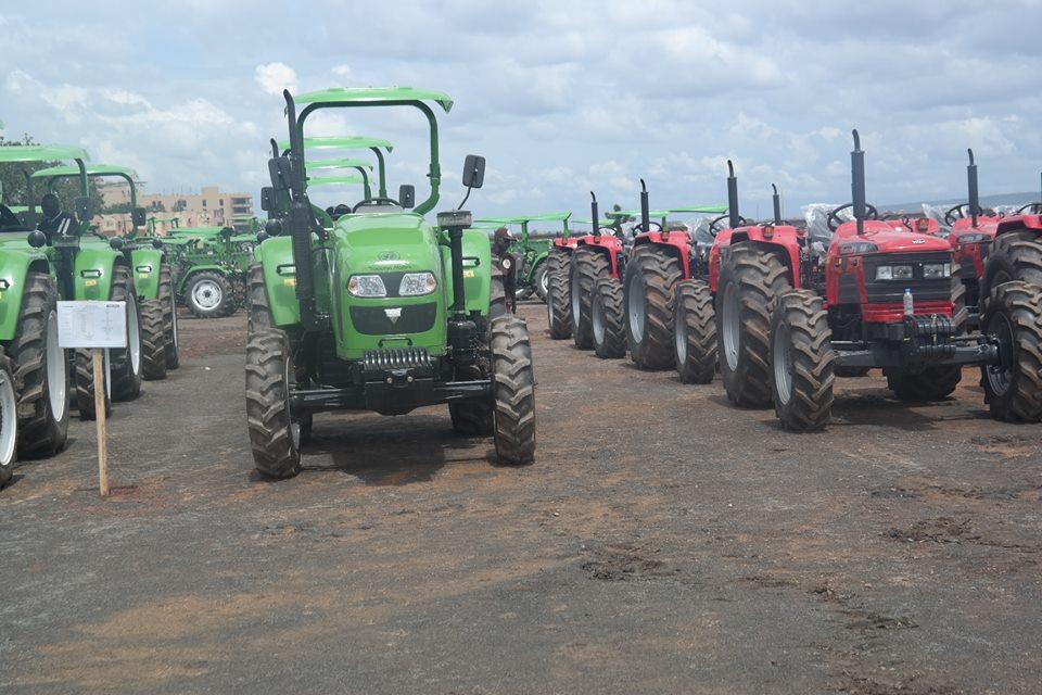 Traktoren des chinesischen Autobauers Foton (grün, links) und des indischen Fahrzeugherstellers Mahindra (rot, rechts).