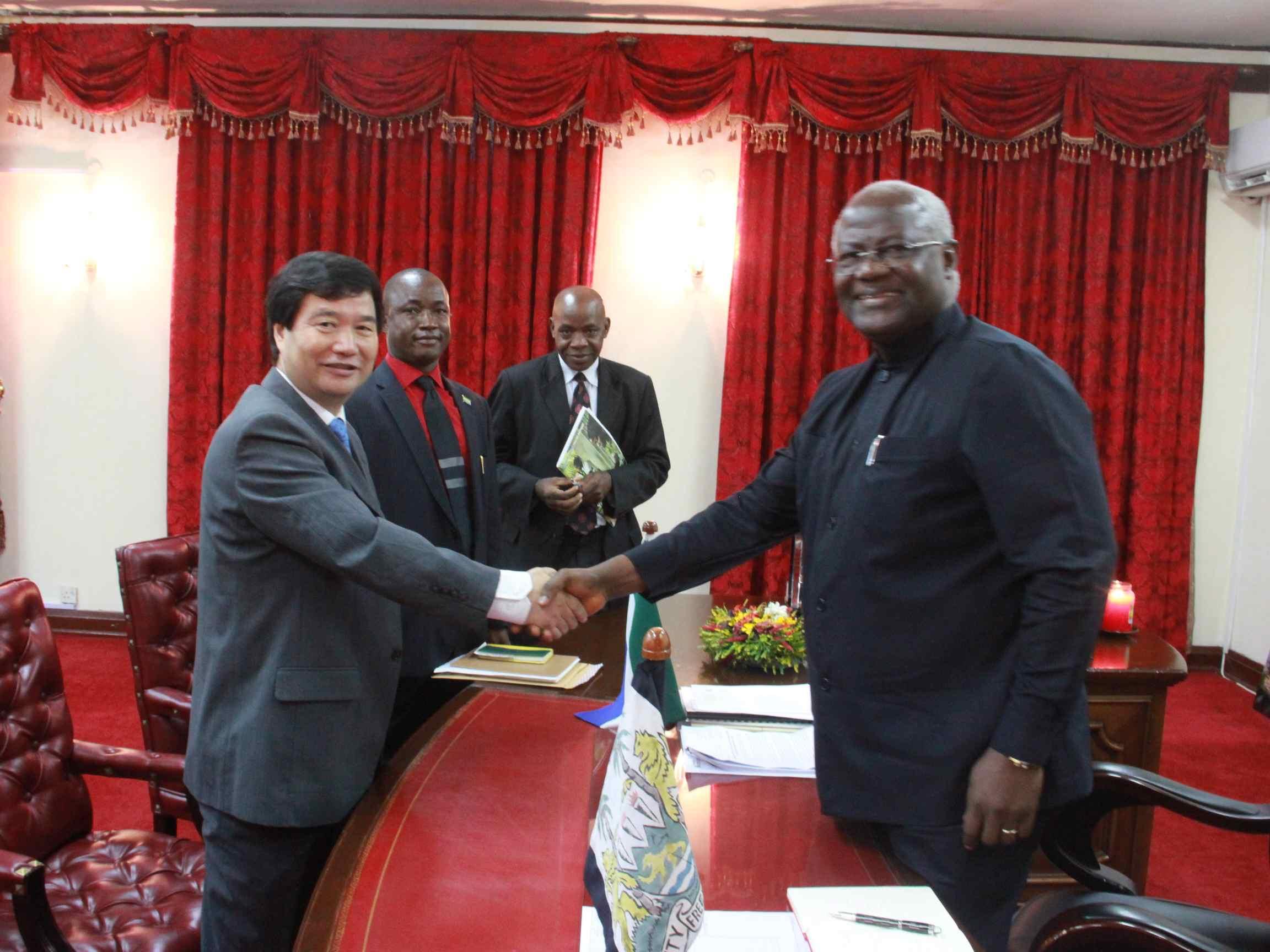 Zhao Yanbo ( chinesischer Botschafter in Sierra Leone; links) und Ernest Bai Koroma ( sierra-leonischer Staatspräsident; rechts).