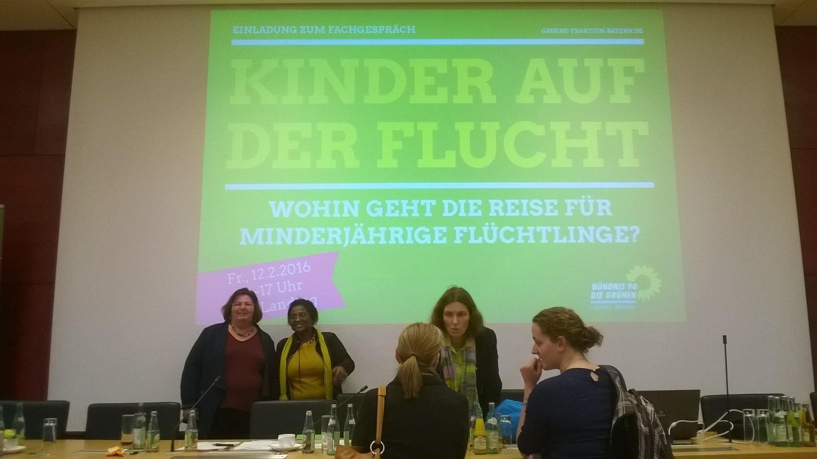 Kerstin Celina (MdL) im Gespräch mit zwei Teilnehmerinnen.