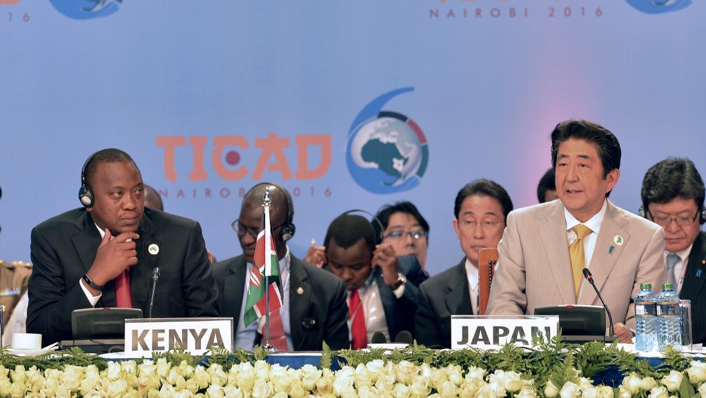 Der japanische Premierminister Shinzo Abe ( rechts) und der kenianische Staatspräsident Uhuru Kenyatta (links).