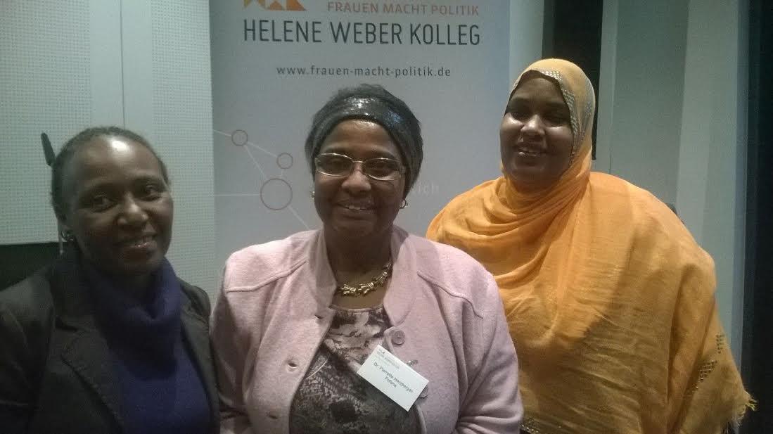 """Dr. Pierrette Herzberger-Fofana ( mittig) und Vorstandsmitglieder von """"Women in Exile"""" ."""