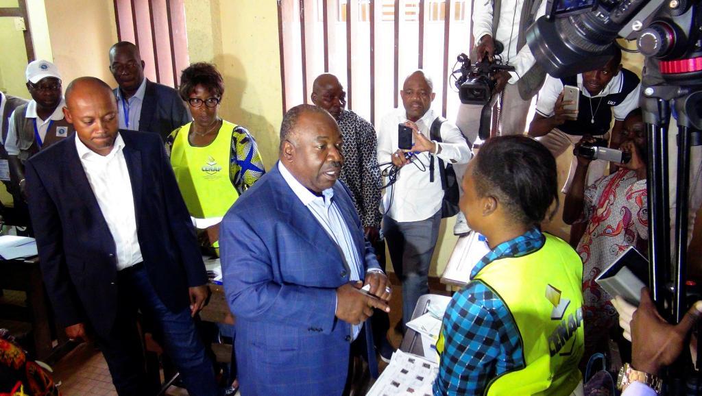 Der gabunische Staatspräsident Ali Bongo Ondimba -- mittig, im blauen Sakko.