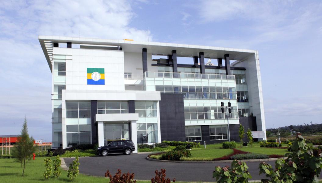 Gebäude der Verwaltungsbehörde der gabunischen Sonderwirtschaftszone von Nkok, in Gabun.