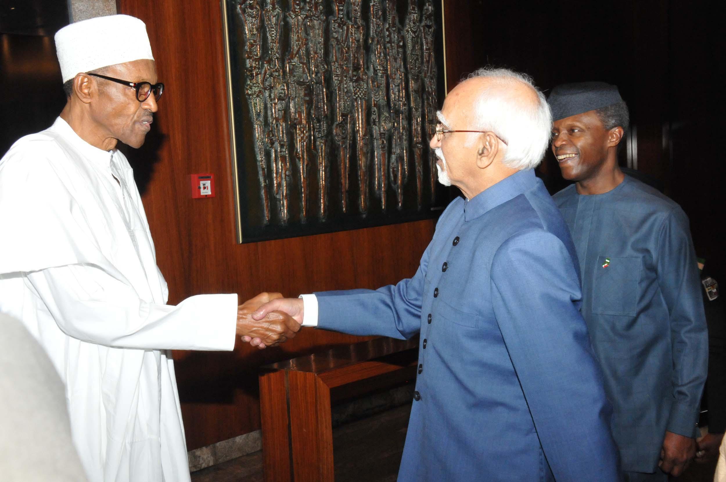 Der nigerianische Staatspräsident Buhari (links) empfängt den indischen Vizepräsidenten Hamid Ansari (mittig) im September 2016 im nigerianischen Abudscha ; rechts steht der nigerianische Vizepräsident Oluyemi Osinbajo.