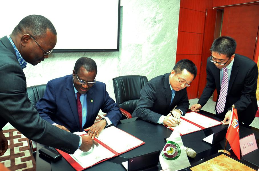Am 20. Januar 2016 unterschreiben (unterschrieben) Desire Kadre Ouedraogo ( links; Vorsitzender der Wirtschaftsgemeinschaft Westafrikas) und Li Xuhui ( rechts; CGCOC - Vertreter) 5 Grundsatzvereinbarungen.