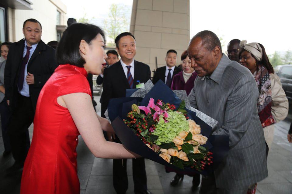 Alpha Condé ( Staatspräsident von Guinea-Conakry; rechts) wird in China empfangen.
