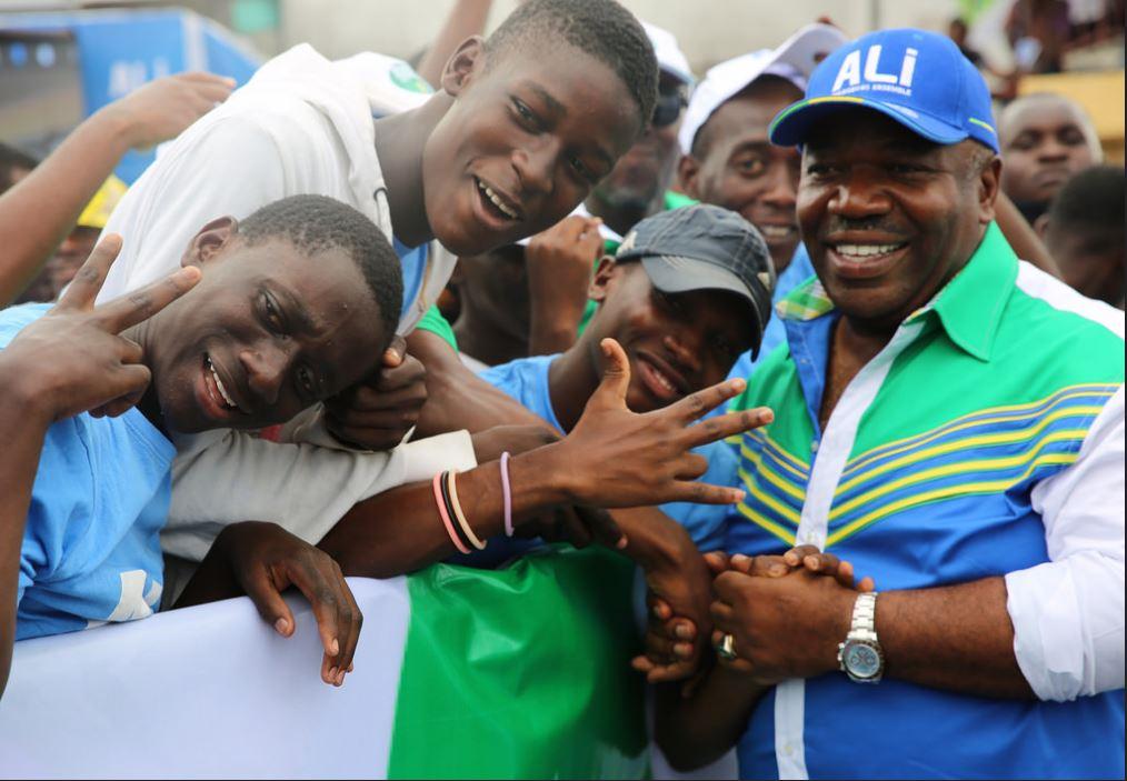 Der gabunische Staatspräsident Ali Bongo Ondimba (rechts) mischt sich gerne unters Volk.